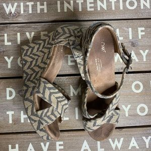 Toms wedge sandals chevron pattern size 7